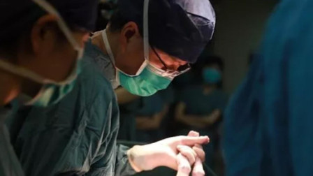 """中国首例子宫移植手术:""""借""""母子宫生儿"""