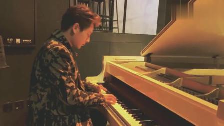 陈翔弹钢琴唱《好嗨哟》,太搞笑了!粉丝:偶