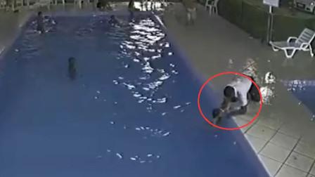 男童误入成人泳池溺水 工作人员一个箭步将其救起