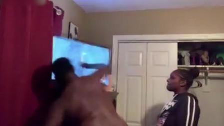 男子看到球队输了比赛 竟一拳打爆电视机屏