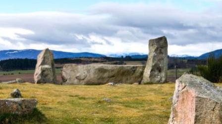 """英国发现疑史前""""巨石阵"""" 农民:我20年前摆的"""