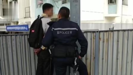 2名中学生街头打架,警察上前劝架反被脚踹!