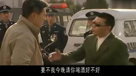 陈一龙做着黑老大,却又开着警车,真是恶心!