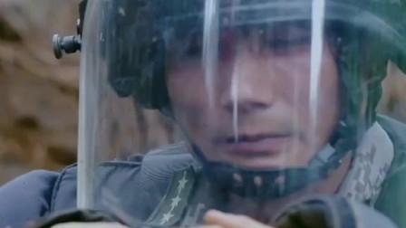 眼镜蛇从面前爬过,扫雷战士岿然不动!致敬中国军人