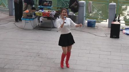 流浪歌手婷婷演唱,真是歌美人更美!