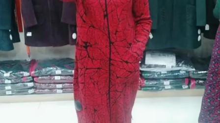 红色显白显喜庆,妹子穿着一身红色衣裙,打造时髦既视感,很美