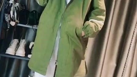 绿色休闲棉服搭配白色休闲裤+毛毛鞋,时髦个性看着很不错