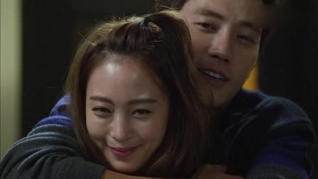 美女的诞生:韩泰熙突然从背后抱住莎拉,莎拉憋不住笑容,好甜啊!