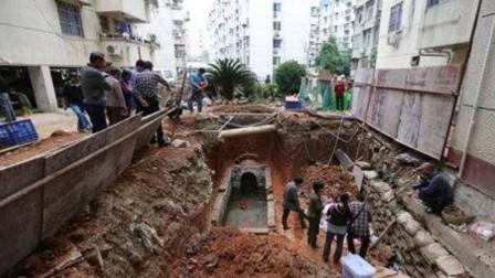 福建一小区修建电梯,挖出带铜钱的青砖,考古