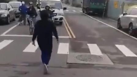 """中国台湾:女子闯红灯险被撞后""""暴走"""" 徒手锤烂车窗"""