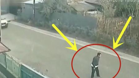 男子站在马路中央做出愚蠢举止,监控拍下荒唐画面