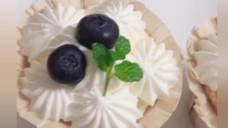 风味人间:美味的蓝莓奶油蛋糕,精致的杯装蛋糕,卖相好看迷人,味道美味可口。