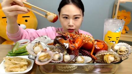 美女吃货狂吃龙虾宴,不一会吃的就剩龙虾壳了!