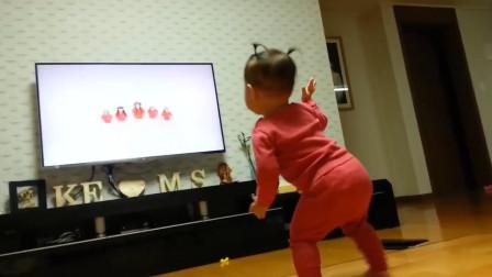 小宝宝学电视里小姐姐跳舞,扭腰摆臀舞姿好妖娆,好嗨哟!