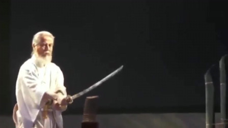 """75岁日本刀王展示""""水平45度斩""""这才是真正的顶级居合斩"""