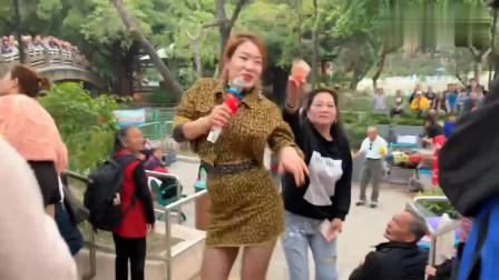 街头艺人演唱一首《拥抱你离去》旋律动感,歌声轻快好听