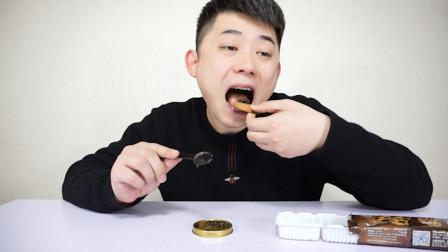 """世界三大美食之一的""""鱼子酱""""好吃吗?小伙直接配趣多多饼干吃"""