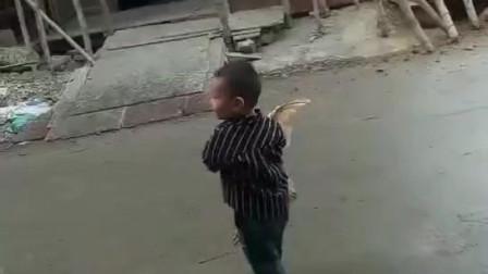 小土匪进村,抱着鸡就往自己家跑