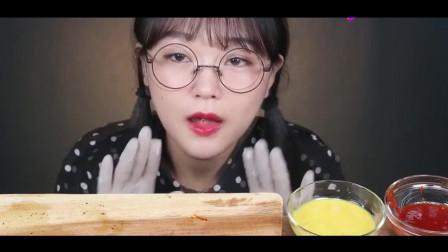 韩国女吃货,吃大块的五花肉,用手抓着吃,吃