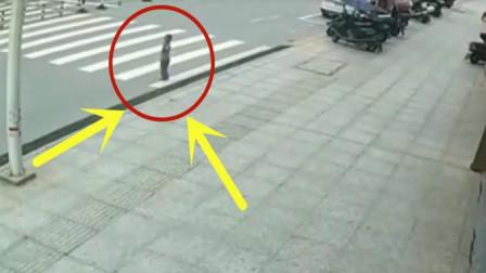 小男孩独自横穿马路,不幸被女司机开车怼飞,现场画面不忍直视