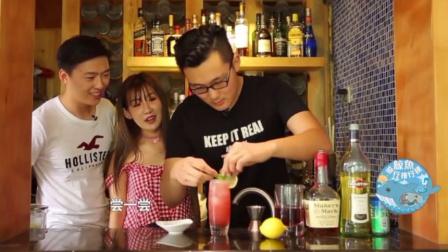 男子现场调制一杯鸡尾酒,名字叫做红粉佳人,简直太厉害了啊!