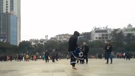 男神AUS超帅曳步舞 赤脚在广场上飘逸着 这才鬼步舞