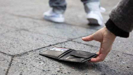 为什么越来越多的人,在大街上看到钱都不敢捡了?看完明白背后猫腻!