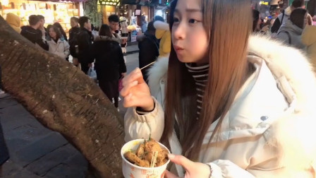 小妹去磁器口逛街,遇到了最喜欢的臭豆腐,这味道真香