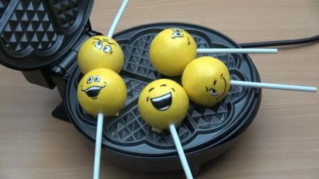 把棒棒糖放在电饼铛中,看棒棒糖的惨状,你还能吃得下去吗?