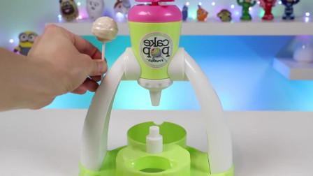 手工玩具:将制作好的蛋糕棒棒糖裹上双色巧克力酱