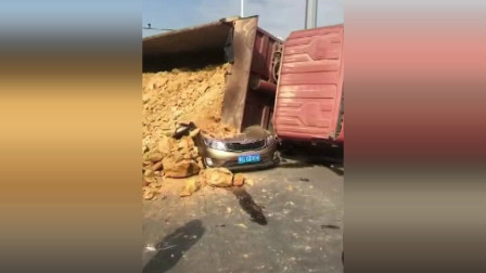货车侧翻司机遭活埋