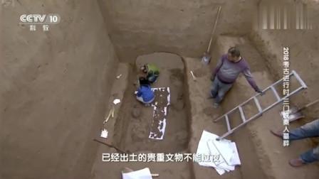 考古队清理千年古墓,突然发现青铜鼎存有食物