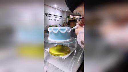一款简单的裱花蛋糕, 上面稍微装饰就可以了!