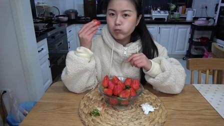 """钱贝收到观众寄来的""""丹东草莓"""", 这么大一盒, 一定非常贵吧"""