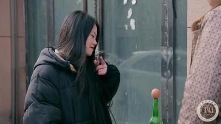 小伙街头摆摊,酒瓶不倒给100元,没想遇上了高手,结局太搞笑了
