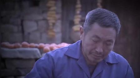男人睡觉呢 掀开被子看到一只耗子 吓得从屋里跑了出来!