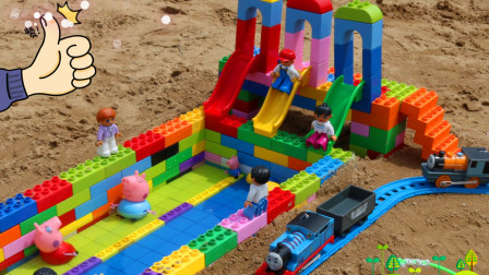 用积木在沙滩上建水上乐园