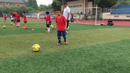 【7岁】6-27哈哈跟小队员进行足球传球基本功训练IMG_0457