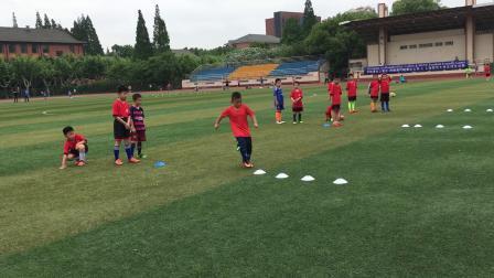 【7岁】6-27哈哈跟教练进行过人步伐练习足球青训IMG_0341