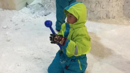 【7岁】6-30哈哈在室内滑雪场用工具夹雪球,跟小朋友打雪仗IMG_0372