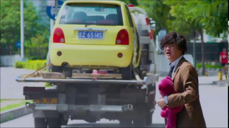 男子竟然开着没门的车在路上走,果然被交警拖走了,太搞笑了