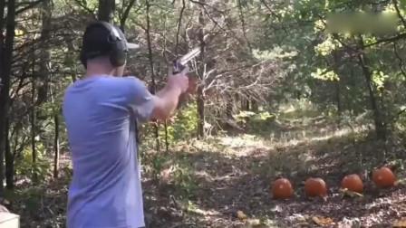 老外射击大口径左轮手枪,要是我打一枪手腕都受不了