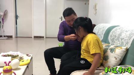 女儿腿疼,爸爸很心疼,轮到儿子不舒服,爸爸像变了一个人