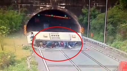 客车高速路上侧翻,全车的人都没系安全带!下一秒就悲剧了!