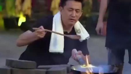 """黄磊大秀厨艺做""""炸酱面"""",何炅尝了一口连连称赞!"""