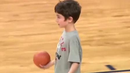 7岁小孩们的扣篮大赛 砸板扣篮不稀奇 竟然还有背身扣!