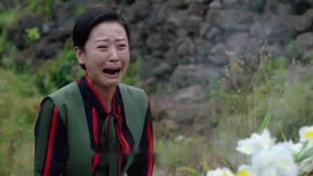 美女在坟前哭泣,鬼子以为这是陕西风俗,却不