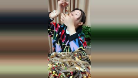 女朋友吃醉虾, 一点也不顾形象, 真是个吃货!