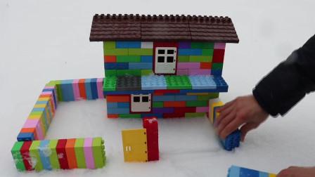 用积木在雪中盖一座大房子