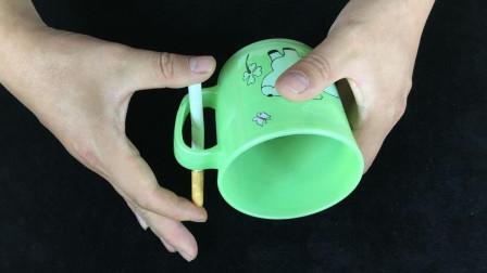 手不能松开香烟,如何才能让香烟穿越杯子?这个方法你想到了吗
